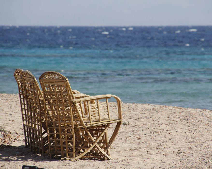 chaises rotin en bord de mer